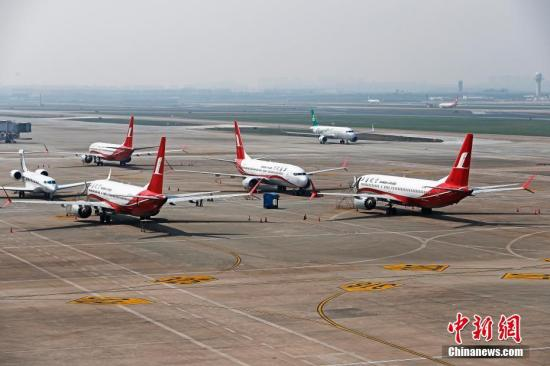 3月17日,上海航空公司的9架波音737MAX机型飞机停在虹桥国际机场停机坪上,工作人员正在对飞机进行检查。据路透社报道,波音公司计划将在未来一周到10天内发布波音737MAX机型相关升级软件。目前,波音737MAX机型已经在全球停飞。<a target='_blank' href='http://www.chinanews.com/'>中新社</a>记者 殷立勤 摄
