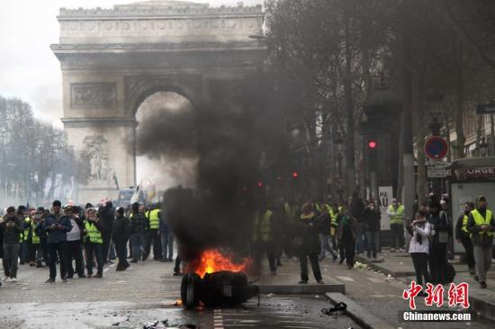 当地时间3月16日,巴黎发生大规模示威。这是巴黎自去年11月以来遭遇的第18轮示威,据法国内政部的统计,有10000人在巴黎参与示威。大批示威者当天在凯旋门聚集。记者 李洋 摄