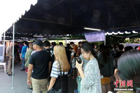 3月17日是泰国大选提前投票日。泰国全国各地已登记提前投票的选民,当天前往所在投票站投票。泰国大选将于3月24日举行。由于工作或身在外地等原因,部分选民登记提前投票。图为选民在曼谷Chatuchak区投票站排队投票。<a target='_blank' href='http://www.chinanews.com/'>中新社</a>记者 王国安 摄