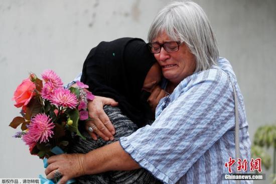 新西兰警方3月17日消息称,克赖斯特彻奇市两座清真寺发生的大规模枪击案,已经导致50人死亡,50人受伤。新西兰民众持续悼念难遇者。