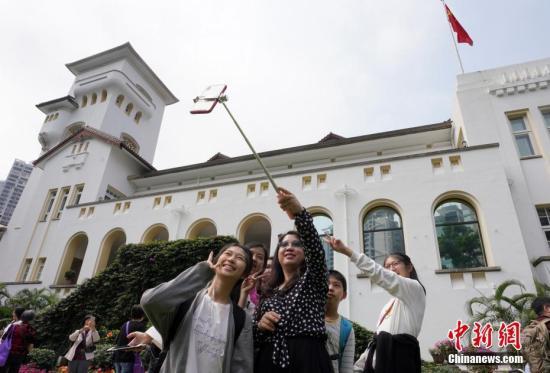 3月17日,香港礼宾府举行开放日活动。图为游客在礼宾府前自拍。中新社记者 张炜 摄