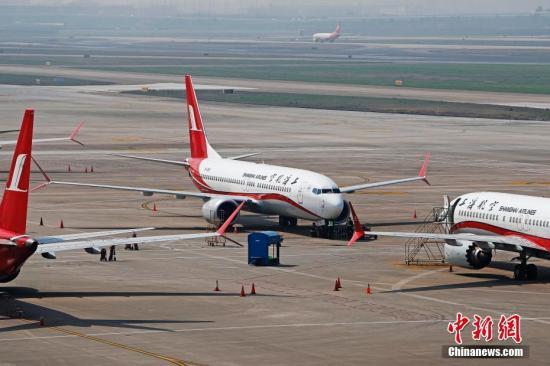 资料图:3月17日,上海航空公司的9架波音737MAX机型飞机停在虹桥国际机场停机坪上,工作人员正在对飞机进行检查。据路透社报道,波音公司计划将在未来一周到10天内发布波音737MAX机型相关升级软件。目前,波音737MAX机型已经在全球停飞。<a target='_blank' href='http://www.chinanews.com/'>中新社</a>记者 殷立勤 摄