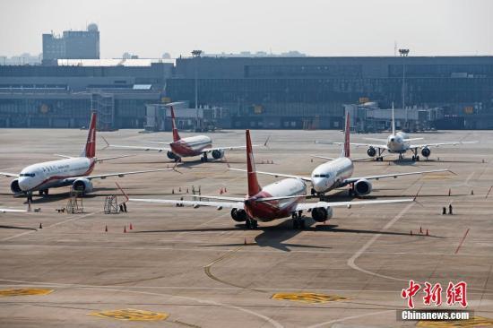 材料图:波音737MAX飞机停正在机场停机坪擅埽a target='_blank' href='http://www.chinanews.com/'种孤社/a记者 殷坐勤 摄