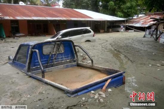 印尼国家灾难局发布报告称,山洪给印尼圣塔尼(Sentani)地区的9个村庄造成伤亡和大面积破坏。 文字来源:海外网