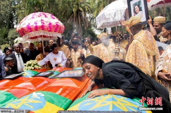 当地时间2019年3月17日,埃塞尔比亚亚的斯亚贝巴,埃塞航坠机遇难者集体葬礼将举行。距10日的埃塞俄比亚空难已经过去一周,虽然各项后续工作正在紧张的进行中,但因为事发惨烈,困难和阻碍总是难免。由于遗体辨认工作可能需要长达6个月的时间,埃塞俄比亚航空公司向此次飞机事故中157名遇难者的家属每人提供一袋事发地的焦土,以供家属们在葬礼上用焦土代替亲人的遗体进行埋葬。 文字来源:海外网