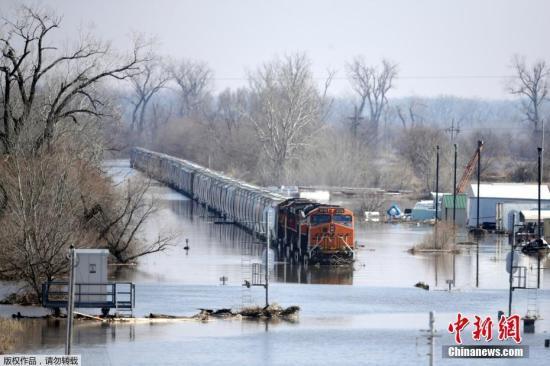 当地时间2019年3月17日,美国内布拉斯加州发生历史性洪灾,房屋、道路被洪水淹没,目前仍有数百居民住在临时避难所里。