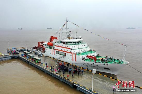 """3月18日,""""向陽紅10""""科學考察船從浙江省舟山母港出發,赴太平洋執行中國大洋54航次考察任務,開展該海域資源環境調查。據了解,本航次計劃分為5個航段執行,至11月下旬結束,總時間達255天,總航程約22000海里。主要開展多金屬結核勘探、全球變化與海氣相互作用專項調查,提升我國深海環境認知水平。在離港的碼頭上,部分家屬專程遠道趕來相送。<a target="""