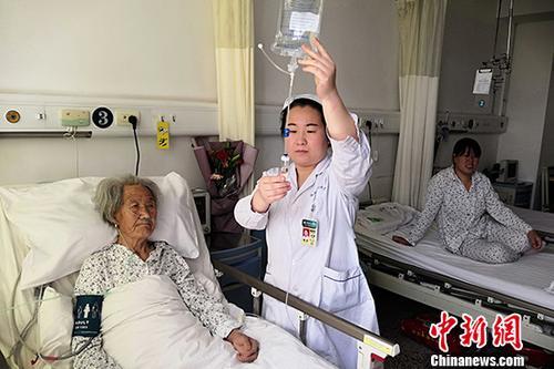 3月17日,伤员在山西省临汾市中心医院接受治疗。该院副院长狄丕文介绍,临汾市中心医院目前收治了5名伤员,其中骨科3名、神经外科1名、普通外科1名,伤员病情基本平稳。根据5名伤员的具体情况,医院成立了5个医疗救治小组,每名伤员均由专门的治疗小组进行管理,同时每名伤员均由1名专职心理科医师进行心理危机干预。3月15日18时10分许,山西省临汾市乡宁县枣岭乡卫生院北侧发生山体滑坡,致卫生院一栋家属楼(6户)、信用社一栋家属楼(8户)和一座小型洗浴中心垮塌。 <a target='_blank' >中新社</a>记者 韦亮 摄
