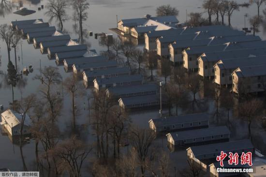 近日,美国中西部地区连降大雨、积雪融化,多地水位升至历史新高,内布拉斯加州遭遇50年来最严重洪灾。图为内布拉斯加州阿什兰国民警卫队营地遭洪水淹没。