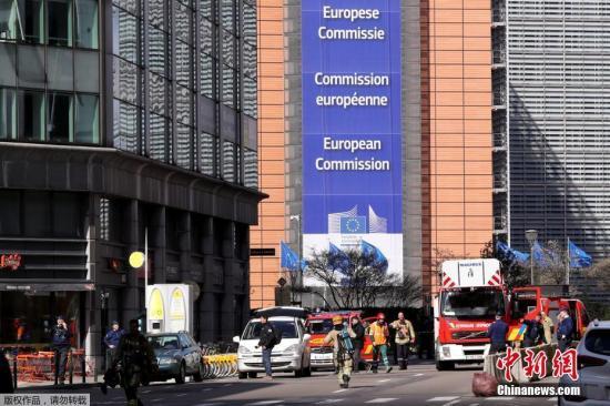 当地时间3月19日,位于比利时布鲁塞尔的欧洲委员会总部附近的一座大楼突发炸弹警报,警方随即封锁了该区域。