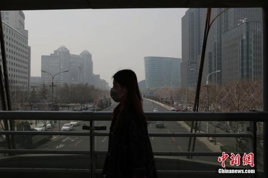 3月19日,北京市民戴口罩出行。当日,受不利气象条件影响,北京发生天气重污染过程。<a target='_blank' href='http://www.chinanews.com/'>中新社</a>记者 刘关关 摄