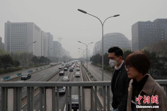 3月19日,北京市平易近戴心罩出止。当日,受倒霉景象前提影响,北京发作气候重净化历程,齐乡多天氛围量量跌至重度净化程度。a target='_blank' href='http://www.chinanews.com/'中新社/a记者 刘闭闭 摄