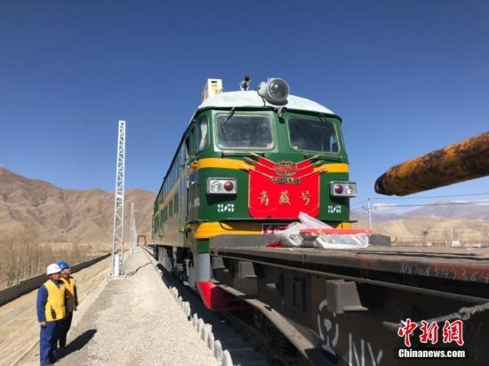 """近日,""""西藏民主改革60周年""""中央媒体采访团分别来到西藏昌都及山南。中共昌都市委书记阿布介绍,川藏铁路昌都境内的控制性工程将于今年6月开工建设。图为山南拉林铁路施工现场。中新社发 钟欣 摄"""