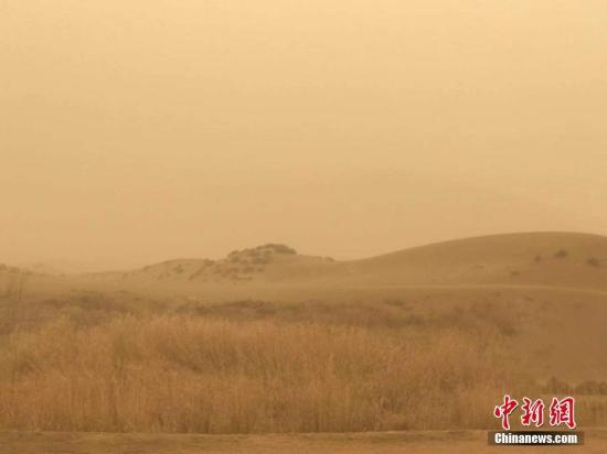 3月19日,新疆鄯善县出现沙尘暴天气,能见度低。当地凌晨4点左右出现强沙尘天气,11时许县城能见度不足100米。当地部分学校给学生下午放假半天。新疆气象台于3月18日13时发布的沙尘暴黄色预警信号继续有效。气象部门发出重点提示:今明两天南疆大部将出现东风和沙尘暴天气,部分路段能见度差,对交通及公众出行有不利影响,请重点防范。文/王小军 何海燕 图/何海燕