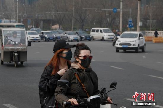 资料图:民众戴口罩出行。中新社记者 刘关关 摄
