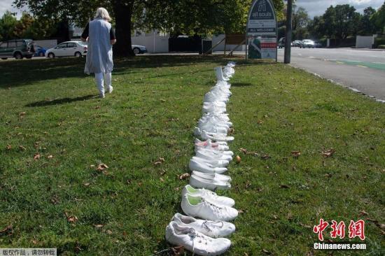 当地时间3月19日,新西兰克赖斯特彻奇市,当地民众为悼念15日清真寺枪击案中的50名遇难者,在草坪上放置了50双白色鞋子。