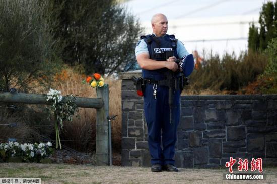 当地时间3月20日,新西兰枪击案遇难者的首场葬礼在克赖斯特彻奇的一座墓园举行。数百名新西兰民众前往送枪击案受害者最后一程。由于受害人数众多,此次仅是首场仪式,未来几天还有更多遇难者家属要向至亲告别。图为一名警察在路旁脱帽致哀,路边的围栏上还插着悼念遇难者的鲜花。