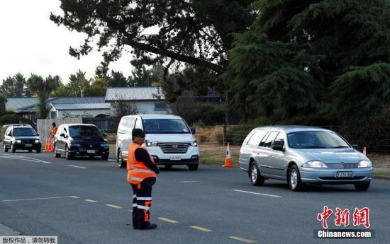 资料图:当地时间3月20日,新西兰枪击案遇难者的首场葬礼在克赖斯特彻奇的一座墓园举行。数百名新西兰民众前往送枪击案受害者最后一程。由于受害人数众多,此次仅是首场仪式,未来几天还有更多遇难者家属要向至亲告别。图为灵车车队抵达新西兰克赖斯特彻奇的一处公墓。