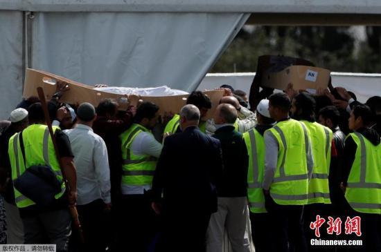 当地时间3月20日,新西兰枪击案遇难者的首场葬礼举行,数百名新西兰民众前往送枪击案遇难者哈立德?穆斯塔法和他的长子哈姆萨?穆斯塔法最后一程。据悉,他们是一对来自叙利亚的父子,为逃避战乱而在去年刚刚搬到新西兰。