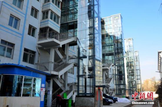 资料图:青海省首批在多层住宅小区加装的13部电梯陆续投入使用。 中新社记者 鲁丹阳 摄