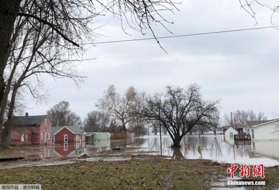 """材料图@员天工夫2019年3月19日,好海内布推斯减州遭""""炸弹气旋""""侵袭,该州一些地域被大水吞没。"""