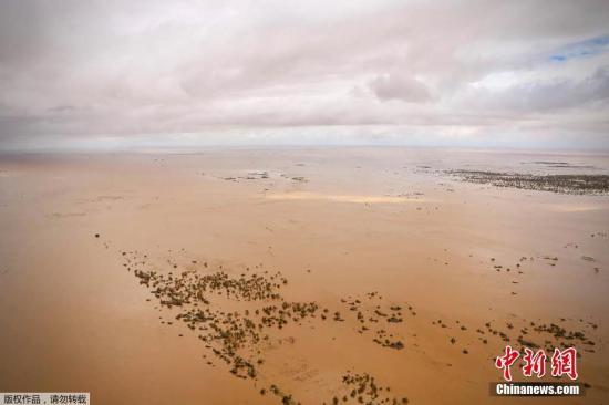 """资料图:当地时间3月20日,莫桑比克中部索法拉省,航拍强热带气旋""""伊代""""过境后的洪水灾区,大面积房屋被水淹没触目惊心。"""