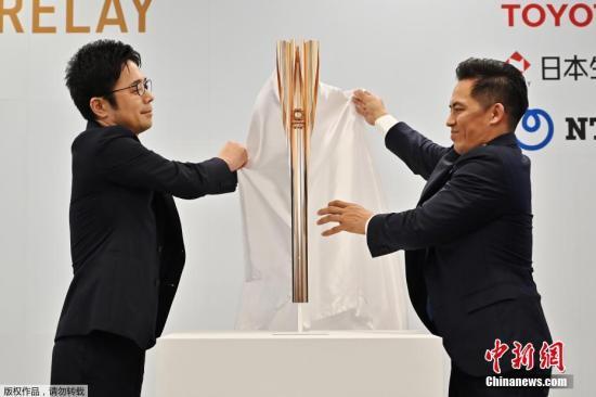 """材料图:日本东奥组委发表了2020年东奥运会火把式样。东奥运火把外型的灵感源状浚花,火把顶部设想成花瓣状,奥运水种将从五个""""花瓣""""及**""""花蕊""""部门扑灭。"""