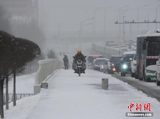 3月21日,春分,地处东北地区中部的吉林省出现大范围强降雪,多地甚至达到大到暴雪级别。省内高速公路、机场通行均受影响。伴随着这一轮降雪天气,当地曾一度蹿升至20℃左右的气温急剧下降,重回零下。图为路上车辆行驶缓慢,全市早高峰呈现严重拥堵状态。刘栋 摄