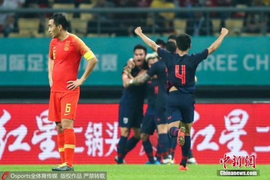 资料图:3月21日晚,国足在中国杯首战中对阵泰国队。最终凭借颂克拉辛的破门,泰国队1:0取胜图为泰国队庆祝进球。 图片来源:Osports全体育图片社