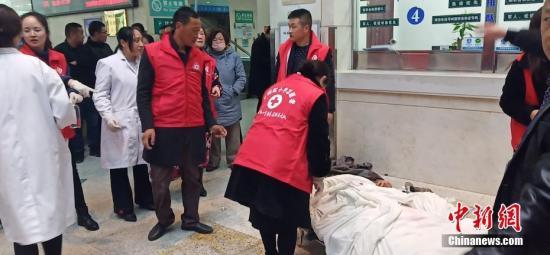 3月21日14时50分许位于盐城市响水县陈家港化工园区的江苏天嘉宜化工有限公司发生爆炸事故。记者在距离爆炸企业40公里外已可闻到异味。图为事故中的受伤人员正在接受治疗。钟欣 摄