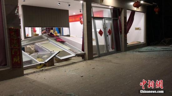 3月21日14时50分许,位于盐城市响水县陈家港化工园区的江苏天嘉宜化工有限公司发生爆炸事故。记者在距离爆炸企业40公里外已可闻到异味。图为爆炸发生地周边的建筑损毁严重。于从文 摄