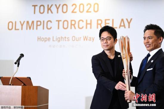 """当地时间3月20日,日本东京奥组委在东京揭晓了2020年东京奥运会火炬式样。东京奥运火炬造型的灵感源自樱花,火炬顶部设计成花瓣状,奥运火种将从五个""""花瓣""""及中央""""花蕊""""部分点燃。"""