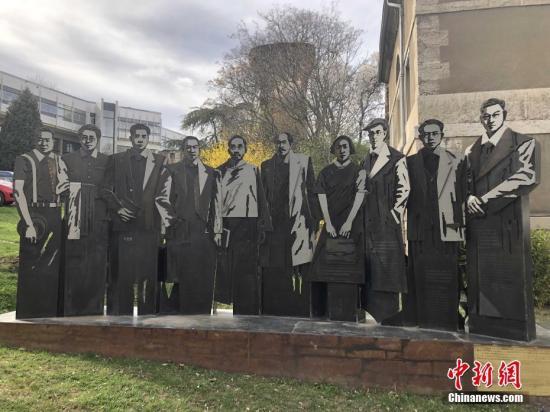 中国国家主席习近平即将对法国展开国事访问。习主席此访正值中法建交55周年和中国留法勤工俭学运动100周年。中新社记者为此专门走访里昂中法大学旧址,探寻在那里诠释中法深厚友谊的动人故事。由广州市政府赠送的雕像摆放在里昂中法大学历史博物馆的前方,雕像呈现了10位与里昂中法大学关系密切的中国学者,其中包括学校奠基人之一蔡元培、学校培养的中国人才常书鸿、戴望舒等。 中新社记者 李洋 摄