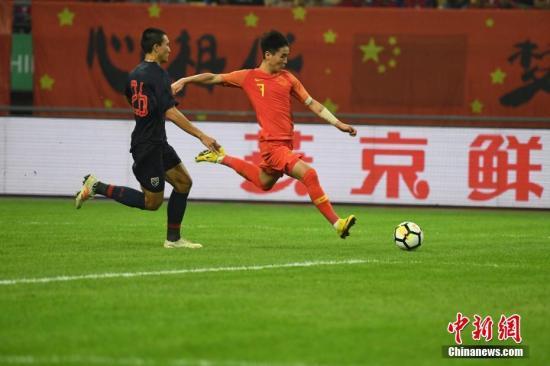 资料图:中国杯比赛期间因犯规动作过大招至非议的韦世豪,又一次出现在国足大名单中。 图/俞靖