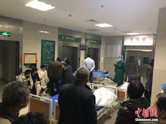 图为爆炸事故伤者正在医院等待接受救治。谷华 摄