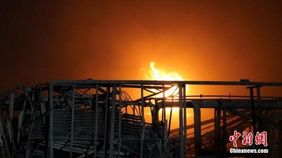 3月21日14时许,江苏盐城市一家化工厂发生爆炸,截止22日晨7点,事故致44死90人伤,受伤民众已及时被送往附近医院救治。图为消防员正在对事故现场进行灭火。南京消防 供图