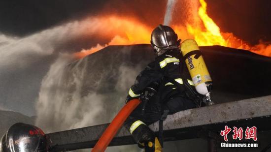3月21日14时许,江苏盐城市一家化工厂发生爆炸。图为消防员正在对事故现场进行灭火。南京消防 供图