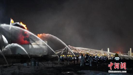 3月21日14时许,江苏盐城市一化工园区内发生爆炸。截至今天凌晨3点,江苏盐城响水陈家港化工园区爆炸火势已被控制,消防共从现场搜救出88人,其中12人死亡。图为消防员正在对事故现场进行灭火。南京消防 供图