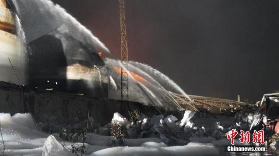 3月21日14时许,江苏盐城市一家化工厂发生爆炸,截至3月22日晨7点,事故致44死90人伤,受伤民众已及时被送往附近医院救治。图为消防员正在对事故现场进行灭火。南京消防 供图