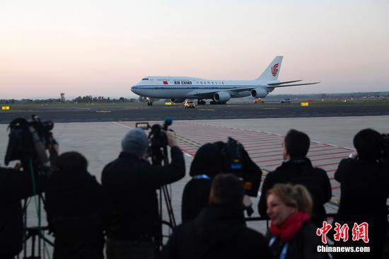 当地时间3月21日傍晚,中国国家主席习近平乘专机抵达意大利罗马菲乌米奇诺国际机场,开始对意大利进行国事访问。 中新社记者 盛佳鹏 摄