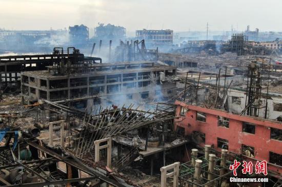 3月22日,航拍江苏盐城响水县陈家港镇江苏天嘉宜化工有限公司爆炸核心现场。化工厂爆炸发生后,在8小时近90吨的密集泡沫攻势下,3月22日早晨7时许,3个主着火罐的明火全部扑灭。但现场仍冒出滚滚浓烟。<a target='_blank' href='http://www.chinanews.com/'>中新社</a>记者 泱波 摄