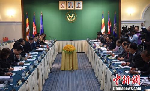 3月21日,正在柬埔寨访问的中国外交部副部长孔铉佑同柬埔寨财经部国务秘书翁赛维索举行中柬政府间协调委员会第五次会议秘书长会晤。<a target='_blank' href='http://www.chinanews.com/'>中新社</a>记者 黄耀辉 摄