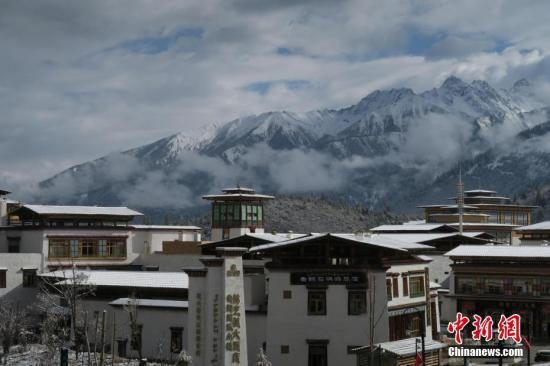 近日西藏民主改革60周年中央媒体采访团来到西藏林芝鲁朗国际旅游小镇。两年前的3月末西藏林芝鲁朗国际旅游小镇正式开业这一由广东省政府及恒大、珠江等在粤企业投资38亿元人民币援藏兴建的特色小镇迅速累积人气并在国际旅游圈打响知名度。2018年鲁朗小镇游客量突破百万《中国国家地理》杂志将这里评为中国最美户外小镇。在鲁朗管委会副主任谢斌辉看来这座度假胜地吸引世界游客、拉动当地经济已成为西藏又一名片同时其发展前景还蕴藏巨大的潜力。图为3月22日一夜大雪过后小镇上的林海、草场通通被染成白色苍茫中雪山依稀可见。 <a target='_blank' href='http://www.chinanews.com/'>中新社</a>记者 杨程晨 摄