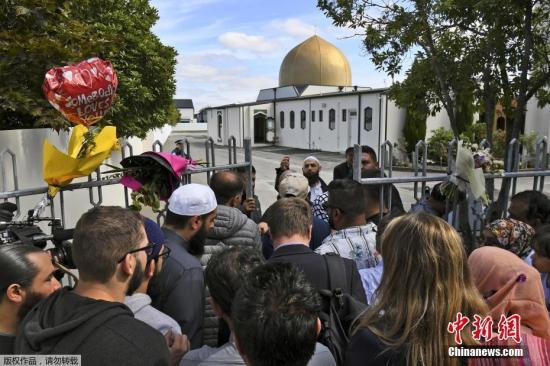 当地时间2019年3月23日,新西兰克赖斯特彻奇,努尔(Al Noor)清真寺重新开放。当地时间22日下午,新西兰克赖斯特彻奇举行了全国默哀仪式,哀悼克赖斯特彻奇枪击事件中的罹难者,新西兰总理阿德恩和上万名新西兰民众参加了默哀仪?#20581;?2日下午和晚间,新西兰全国还将举行多场悼念仪式,缅怀枪击事件遇难者。本月15日,克赖斯特彻奇市两座清真寺发生严重枪击事件,造成50人死亡、50人受伤。