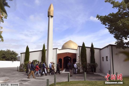 当地时间2019年3月23日,新西兰克赖斯特彻奇,努尔(Al Noor)清真寺重新开放。当地时间22日下午,新西兰克赖斯特彻奇举行了全国默哀仪式,哀悼克赖斯特彻奇枪击事件中的罹难者,新西兰总理阿德恩和上万名新西兰民众参加了默哀仪式。22日下午和晚间,新西兰全国还将举行多场悼念仪式,缅怀枪击事件遇难者。本月15日,克赖斯特彻奇市两座清真寺发生严重枪击事件,造成50人死亡、50人受伤。