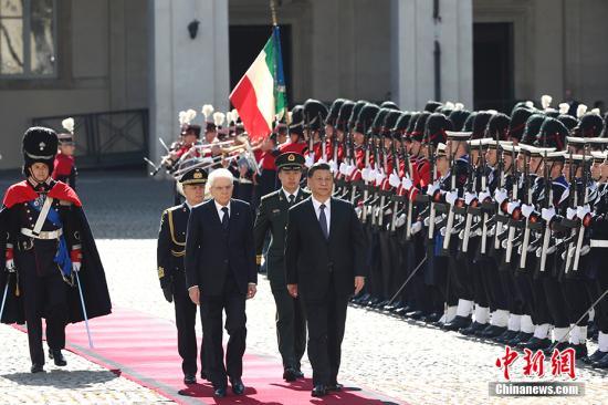 当地时间3月22日,中国国家主席习近平在罗马同意大利总统马塔雷拉举行会谈。会谈前,马塔雷拉总统在总统府广场为习近平举行隆重欢迎仪式。 中新社记者 盛佳鹏 摄