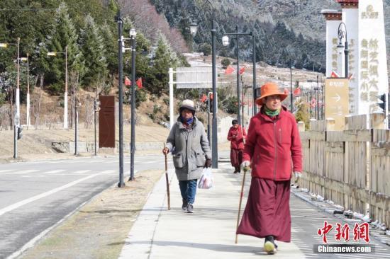 近日西藏民主改革60周年中央媒体采访团来到西藏林芝鲁朗国际旅游小镇。两年前的3月末西藏林芝鲁朗国际旅游小镇正式开业这一由广东省政府及恒大、珠江等在粤企业投资38亿元人民币援藏兴建的特色小镇迅速累积人气并在国际旅游圈打响知名度。2018年鲁朗小镇游客量突破百万《中国国家地理》杂志将这里评为中国最美户外小镇。在鲁朗管委会副主任谢斌辉看来这座度假胜地吸引世界游客、拉动当地经济已成为西藏又一名片同时其发展前景还蕴藏巨大的潜力。图为3月22日西藏林芝鲁朗国际旅游小镇一景。 <a target='_blank' href='http://www.chinanews.com/'>中新社</a>记者 杨程晨 摄