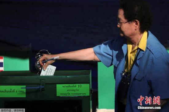 当地时间3月24日,泰国八年来首次大选投票站开放,民众在投票箱前投票。自泰国军方2014年政变推翻为泰党政府以来,军政府已将大选推迟六次。1月23日,泰国选举委员会才最终宣布,将大选日期定于3月24日。