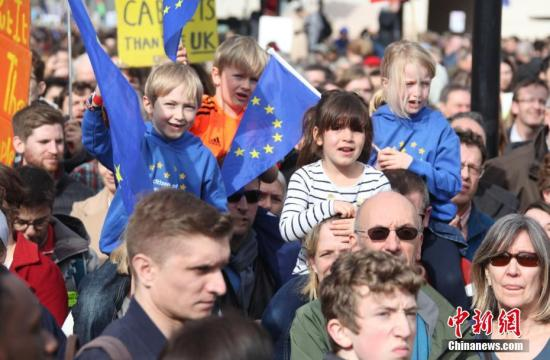 """资料图:2019年3月,伦敦市中心举行了大规模呼吁举行""""第二次脱欧公投""""的示威游行。<a target='_blank' href='http://www.chinanews.com/'>中新社</a>记者 张平 摄"""