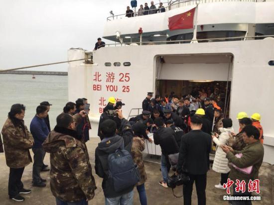 """3月24号上午,在广西北海涠洲岛搁浅了十多个小时的""""北游25""""游轮终于靠港,700多名旅客得以安全上岸,登上了涠洲岛。彭庆 摄"""